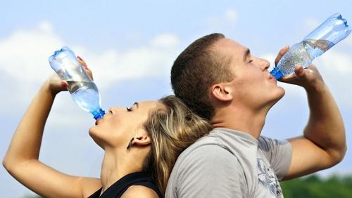 meminum air yang cukup