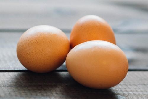 cara menghilangkan kantung mata dengan telur
