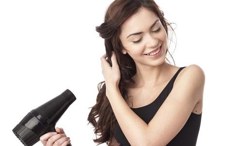 menggunakan hair dryer untuk menghilangkan kutu rambut
