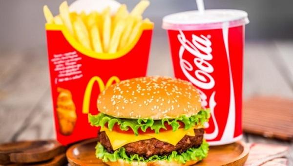 Mengonsumsi makanan tidak sehat