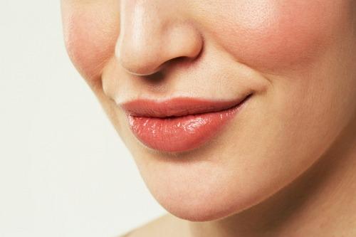 Membersihkan dan membuat bibir nampak lebih merah