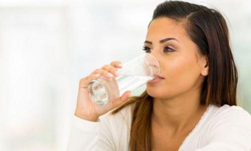 minum air mentah