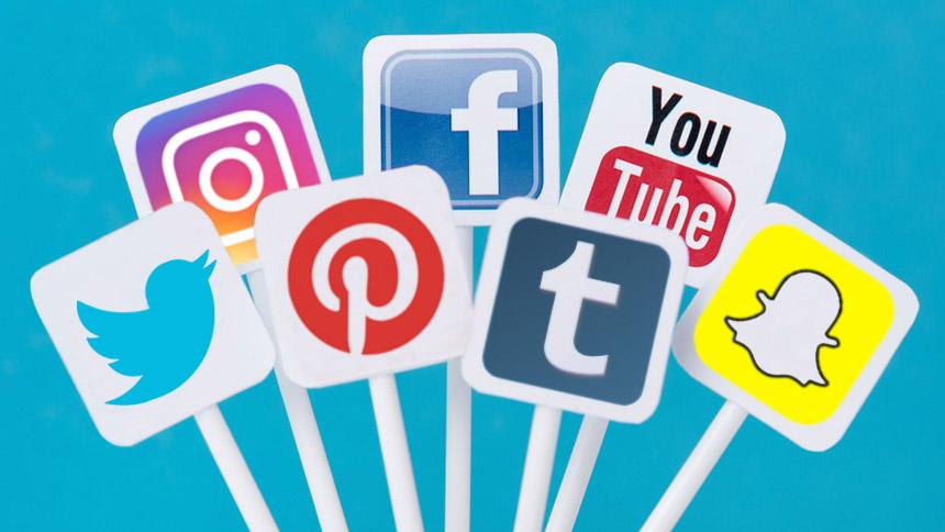 Menggunakan Media Sosial