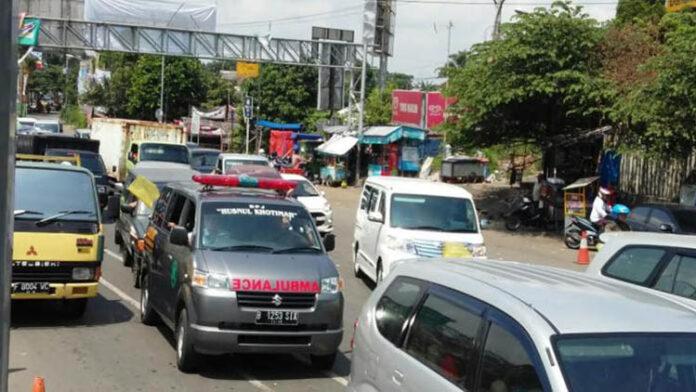 Ambulans Dihalangi Mobil