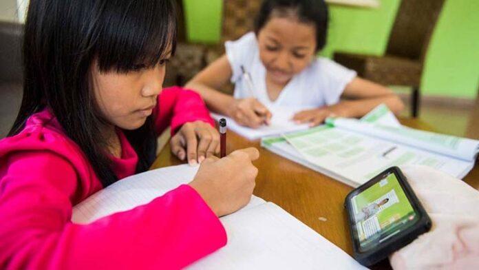 Pelajar Belajar Online di Rumah - Handphone dan Kuota Gratis Pelajar