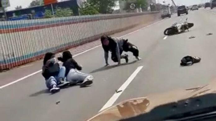 Pemotor Masuk Tol Bonceng Tiga Kecelakaan